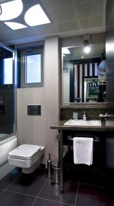 A bathroom at Maltepe 2000 Hotel