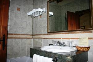 A bathroom at Posada La Venta de Quijas