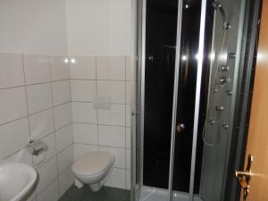 A bathroom at Eiderhufe