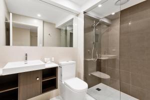 A bathroom at Quality Hotel Manor
