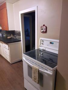 A kitchen or kitchenette at ALPINE COMFORT - FREE BKFST 5 Min to Golf & Ski
