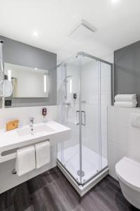 A bathroom at ibis Styles Halle
