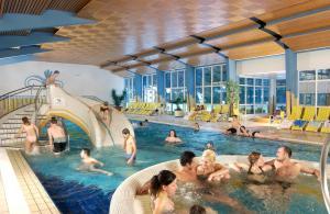 Der Swimmingpool an oder in der Nähe von Hotel Hubertus