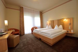A bed or beds in a room at Land-gut-Hotel Hotel Adlerbräu