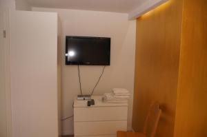 A television and/or entertainment centre at Hotel Paseo