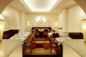 A restaurant or other place to eat at Hotel Villa Duse