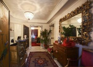 The lobby or reception area at Hotel Villa Duse
