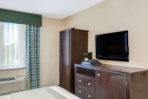 A television and/or entertainment centre at Hillcrest Hotel Near JFK Airtrain