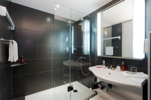 A bathroom at Aparthotel Adagio Muenchen City