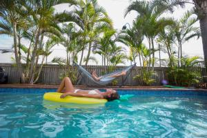 The swimming pool at or near Coolangatta YHA Backpackers