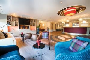 A seating area at Leonardo Hotel Hannover