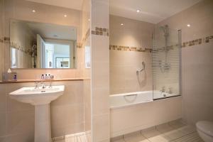 A bathroom at Macdonald Linden Hall, Golf & Country Club