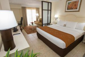 A bed or beds in a room at Comfort Suites Paradise Island