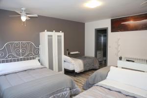 A bed or beds in a room at Pensión Caldas