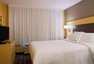 A bed or beds in a room at TownePlace Suites by Marriott Dodge City
