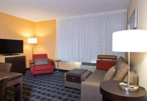 A seating area at TownePlace Suites by Marriott Dodge City