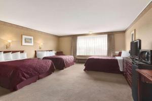 Кровать или кровати в номере Travelodge by Wyndham Edmundston