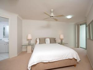 A bed or beds in a room at Government Road, Unit 3, 153, Bagnalls Beach Apartment