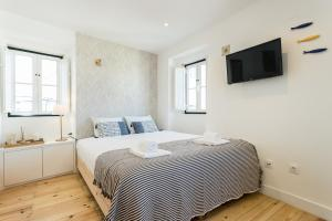 A bed or beds in a room at Alfama Loft Studio Loft Apartment w/ River View - by LU Holidays