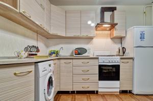 Кухня или мини-кухня в Апартаменты на ул. Чкалова, д. 19