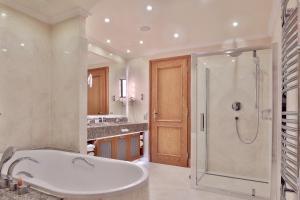 A bathroom at Retro Riverside Wellness Resort