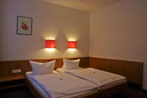 A bed or beds in a room at Hotel Park Eckersbach