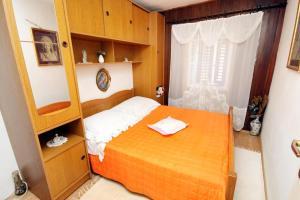 Ein Bett oder Betten in einem Zimmer der Unterkunft Apartments by the sea Pucisca, Brac - 770