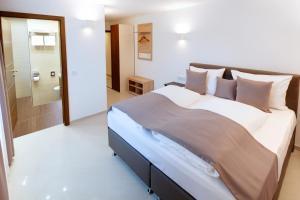 Ein Bett oder Betten in einem Zimmer der Unterkunft Hotel Füssen