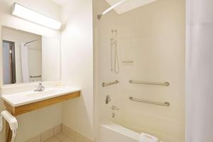 A bathroom at Days Inn by Wyndham Brunswick Bath Area