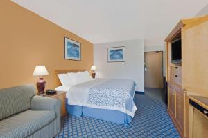 A bed or beds in a room at Days Inn by Wyndham Brunswick Bath Area