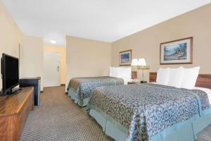 A bed or beds in a room at Days Inn by Wyndham Thermopolis