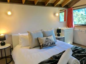 A bed or beds in a room at Bindi - Alpine Getaways's Chalet at Tower Rd