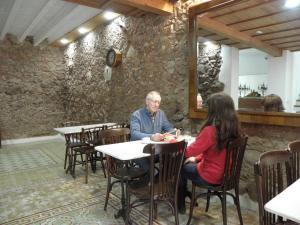 Un restaurante o sitio para comer en Hostal Cal Pla