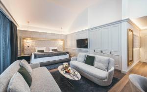 Ein Sitzbereich in der Unterkunft Schlosshotel Ischgl