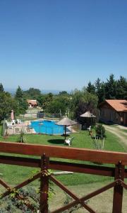 Una vista de la pileta en Cabañas Dalga Inn o alrededores