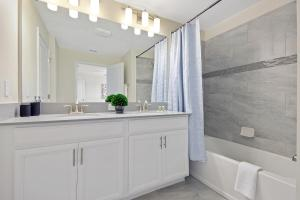 A bathroom at Family Friendly Four Bedrooms w/ Pool 4896