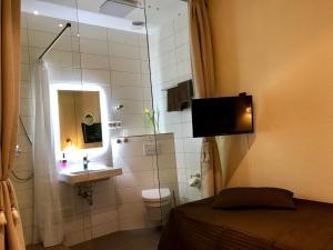 A bathroom at Pension Karina Schwerin