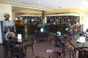 Un restaurante o sitio para comer en Hotel Os Caracoles