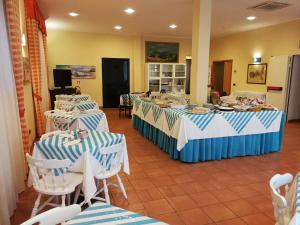 A restaurant or other place to eat at Hotel Belmare
