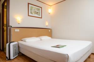 Een bed of bedden in een kamer bij Campanile Hotel & Restaurant Zwolle