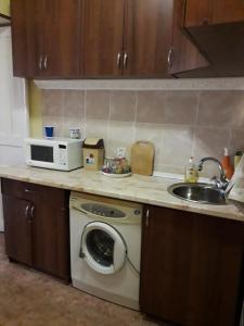A kitchen or kitchenette at 1-комнатная квартира