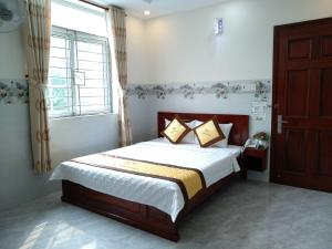 A bed or beds in a room at Spring Hung Anh Hotel