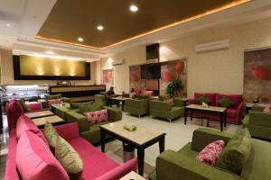 O lounge ou bar de توليب الروضة للشقق الفندقية