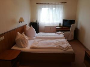 """A bed or beds in a room at Weinbau & Pension """"8Zeilen"""""""