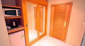 Uma TV ou centro de entretenimento em Meera Suites