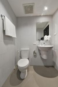 A bathroom at Aspira Residence Ruamrudee