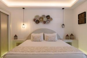 A bed or beds in a room at Kamares Apartments