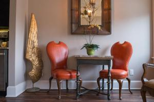 A seating area at The Windsor - Asheville