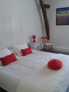 A bed or beds in a room at La Jumelière