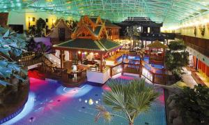 Blick auf Bäder Park Hotel Sieben Welten Therme & Spa Resort aus der Vogelperspektive